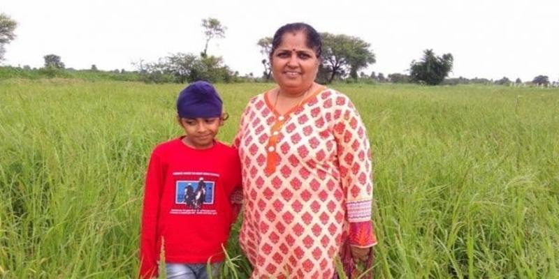 बेटे को किसान बनाने के लिए एक मां ने छोड़ी सरकारी नौकरी